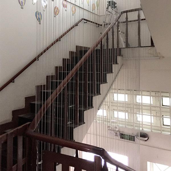 lưới an toàn cầu thang cho bé, cầu thang, lưới an toàn cầu thang, cầu thang nhà cao tầng, sợi dây cáp inox bọc nhựa, thanh nhôm định hình, các tăng đơ
